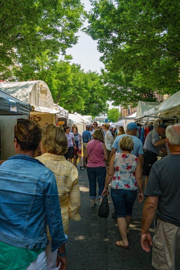 Menigten van Bezoekers bij de 61ste Jaarlijkse Stoep Art Show – Roanoke, VA royalty-vrije stock foto's
