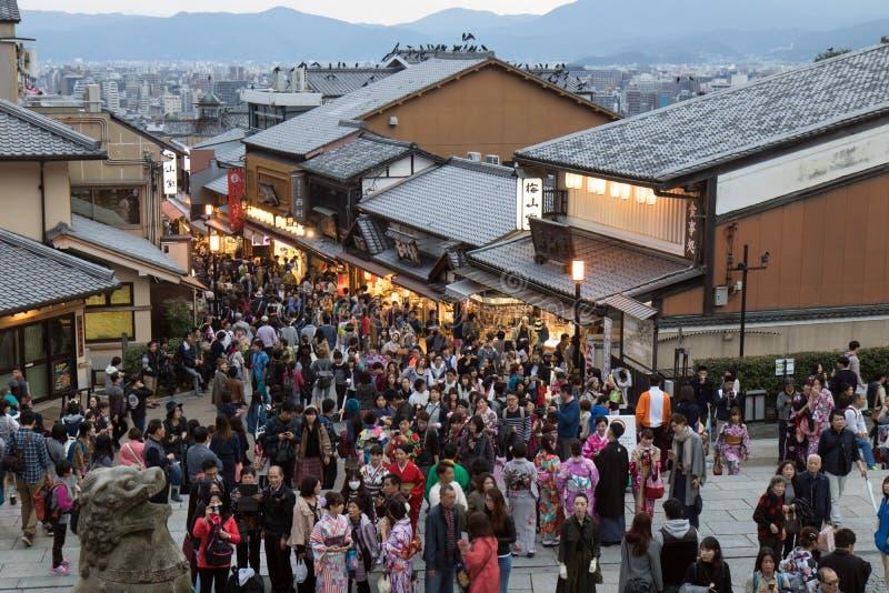 Menigten van mensen in de straten van onder kiyomizu-Deratempel stock afbeeldingen