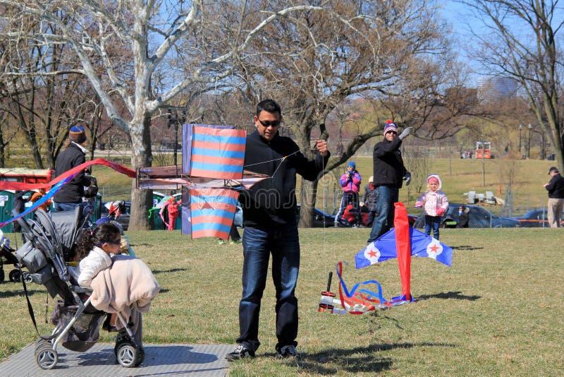 Menigten van mensen die klaar om hun vliegers in de concurrentie, Vliegerfestival, Washington, gelijkstroom, April, 2015 in te ga royalty-vrije stock foto