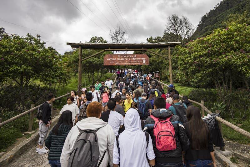 Menigten van mensen die met de stijging op Monserrate beginnen stock foto