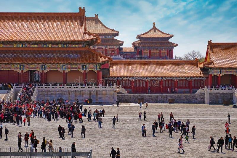 Menigten van mensen voor rode muren met oranje daken van het Paleismuseum, die als de Verboden Stad, in Peking worden bekend royalty-vrije stock foto