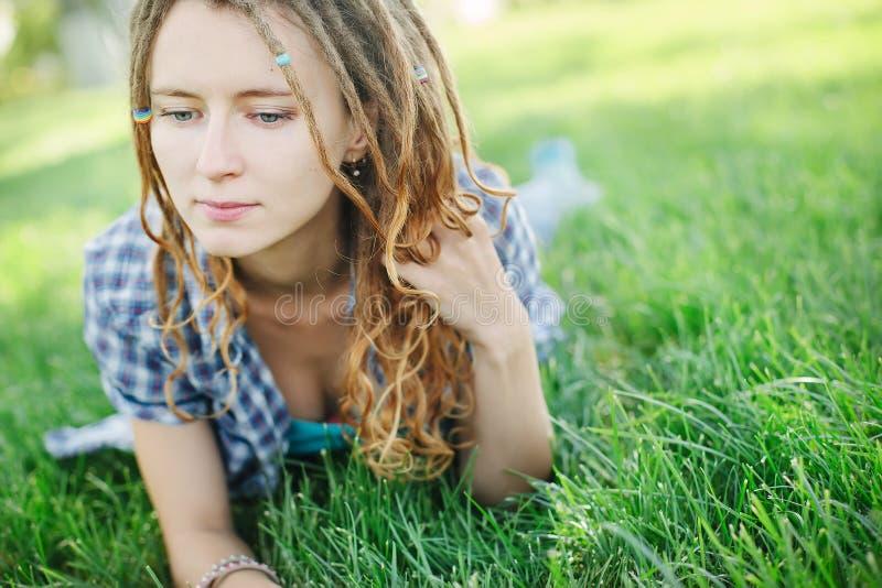 Menina à moda com dreadlocks fora fotografia de stock