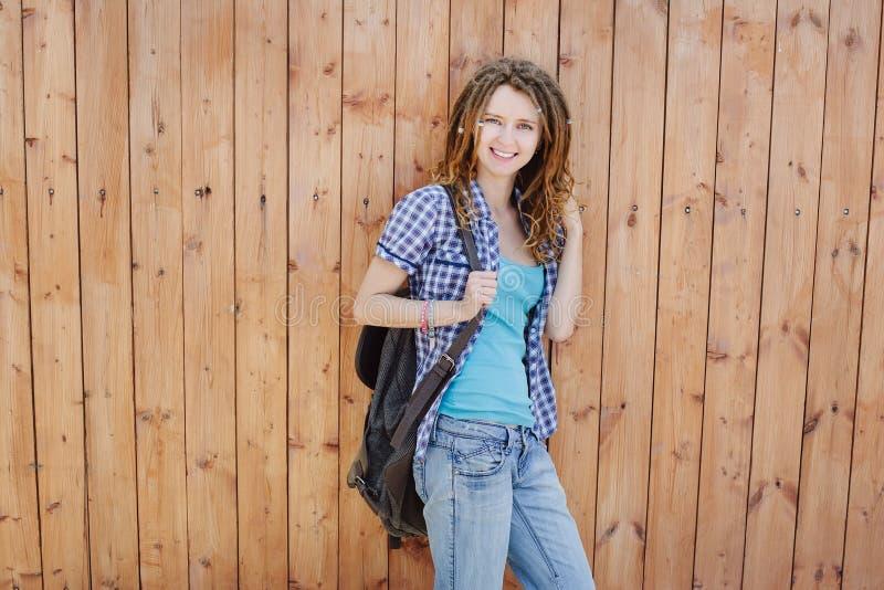 Menina à moda com os dreadlocks no fundo de madeira da parede fotografia de stock royalty free