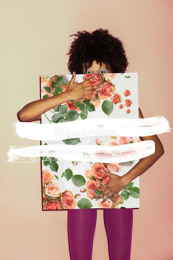 Menina à moda com papel cor-de-rosa imagens de stock royalty free