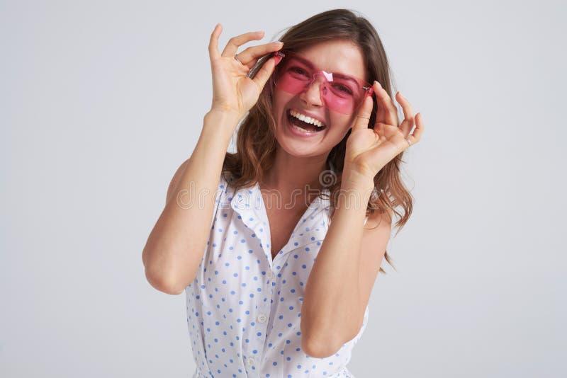 Menina à moda do encanto no levantamento do vestido do verão imagens de stock royalty free