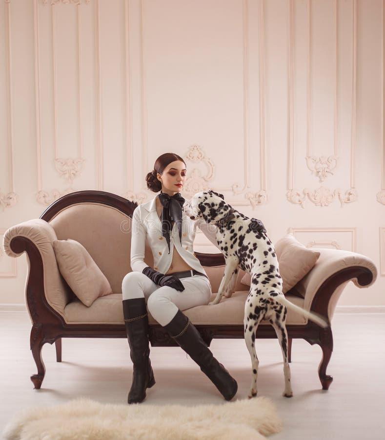 Menina à moda em um cavaleiro do terno imagens de stock