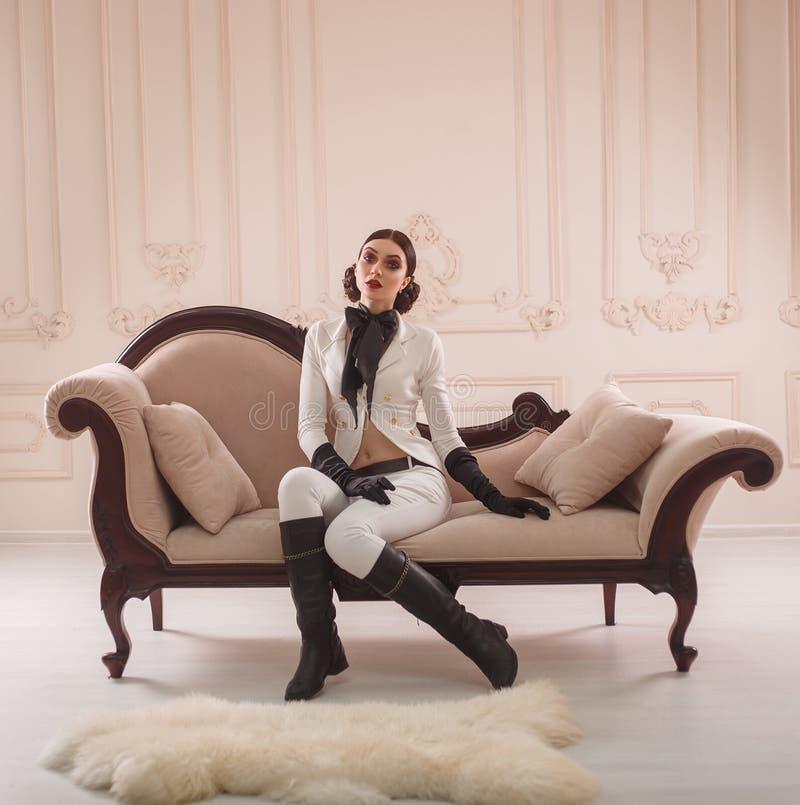 Menina à moda em um cavaleiro do terno foto de stock