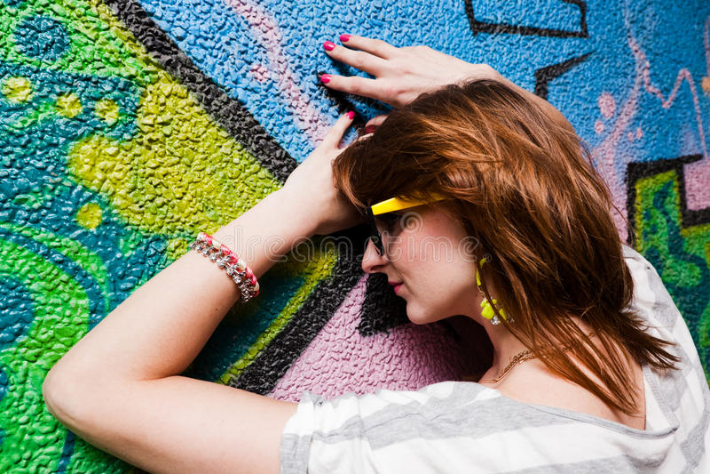 Menina à moda em uma pose da dança imagens de stock
