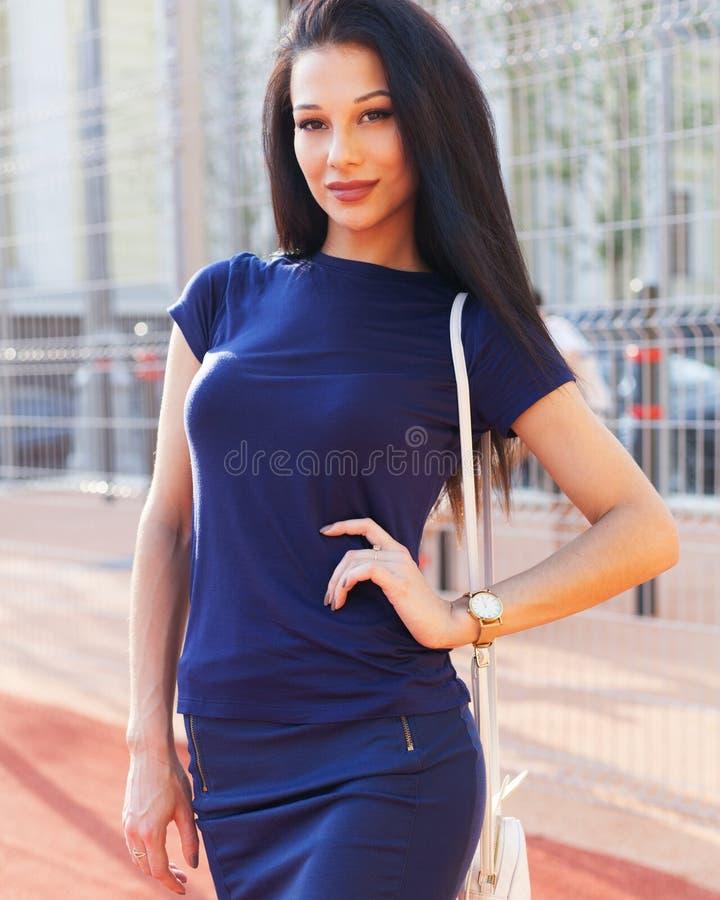 Menina à moda feliz do moderno, retrato colorido de uma jovem mulher atrativa com bolsa, retrato exterior o do verão do close up  foto de stock royalty free