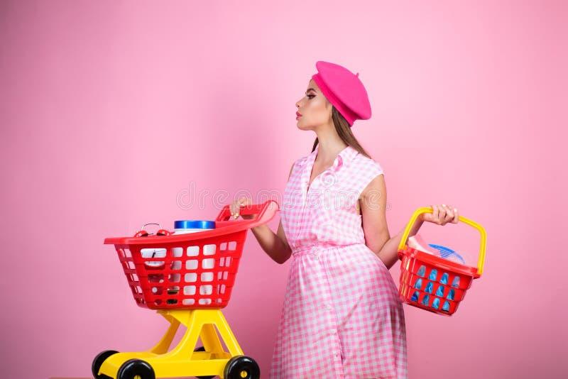 Menina à moda feliz que aprecia a compra em linha economias em compras mulher da dona de casa do vintage pronta para pagar no sup foto de stock royalty free