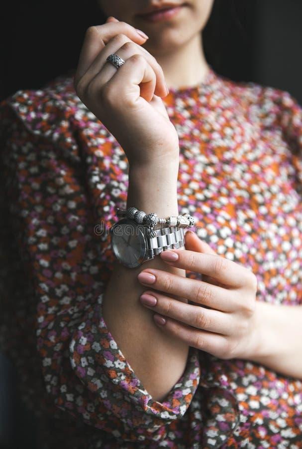Menina à moda na blusa da cópia da flor, relógio, bracelete Forma, estilo de vida, beleza, roupa imagem de stock
