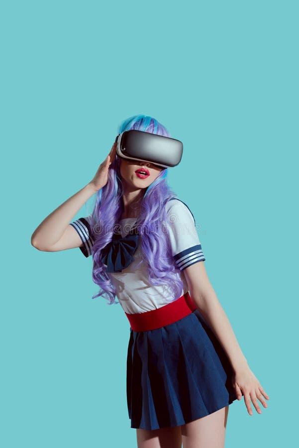menina à moda na peruca violeta usando auriculares da realidade virtual foto de stock
