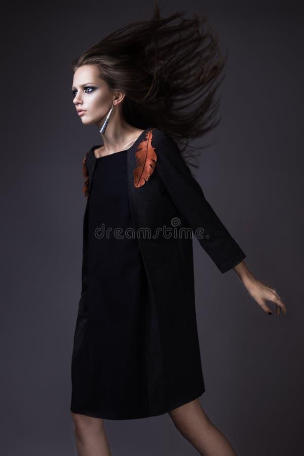 Menina à moda na roupa elegante de um outono e composição brilhante com o vento em seu cabelo fotos de stock royalty free