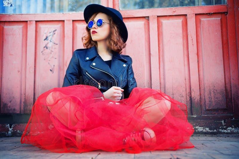 Menina à moda no casaco de cabedal preto e na saia longa imagem de stock