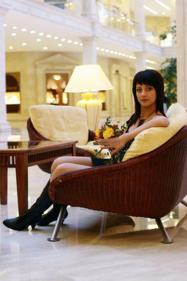 Menina à moda no interior fotografia de stock royalty free