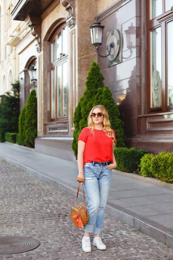 Menina à moda nos óculos de sol em uma caminhada da rua Retrato do estilo da rua imagens de stock royalty free