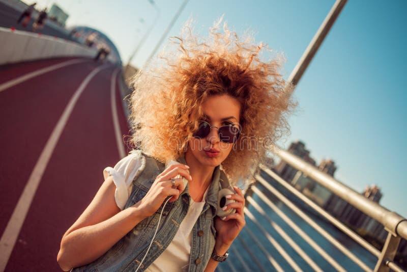 A menina à moda nos óculos de sol faz um beijo imagem de stock royalty free