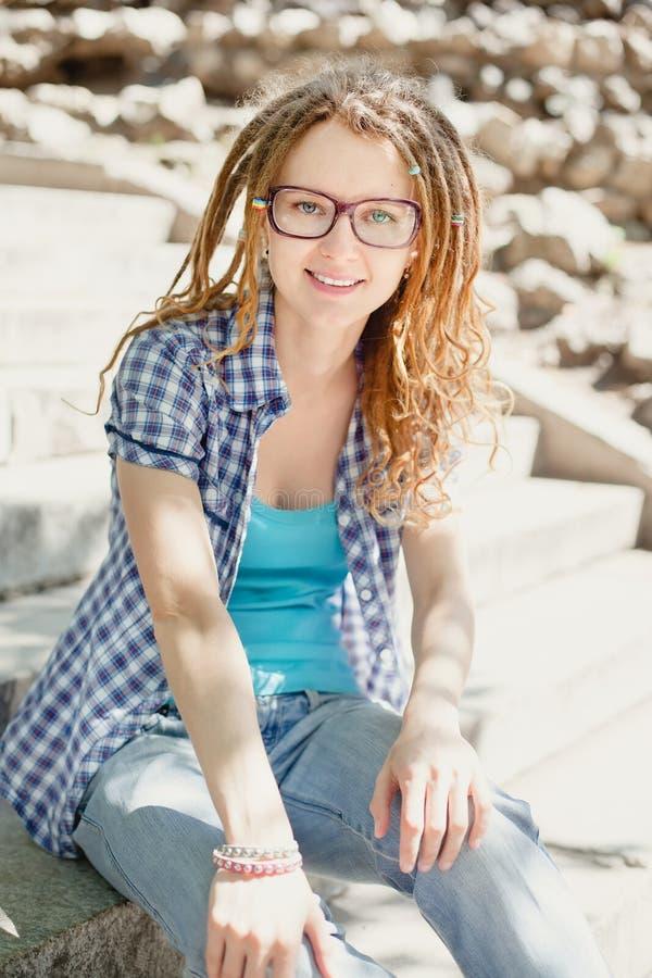 Menina à moda nova com dreadlocks fotografia de stock royalty free