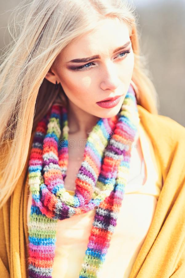 Menina à moda nova com o cabelo louro reto que veste o lenço colorido descascado, a ligação em ponte amarela e o levantamento do  imagem de stock royalty free