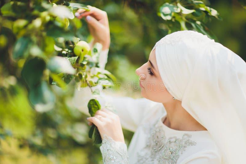 Menina árabe do Oriente Médio bonita que tem o tempo feliz na natureza imagens de stock