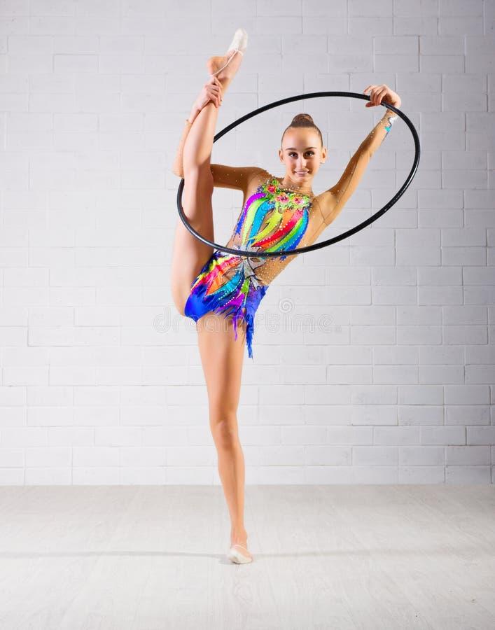 A menina é contratada na ginástica da arte imagens de stock