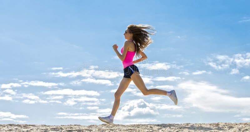 A menina é contratada nos esportes que movimentam-se imagens de stock royalty free