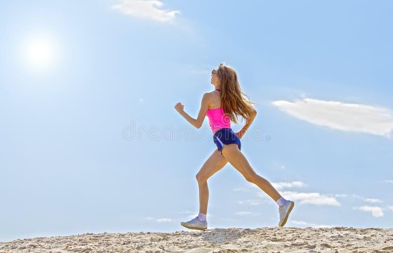 A menina é contratada nos esportes que movimentam-se imagem de stock royalty free