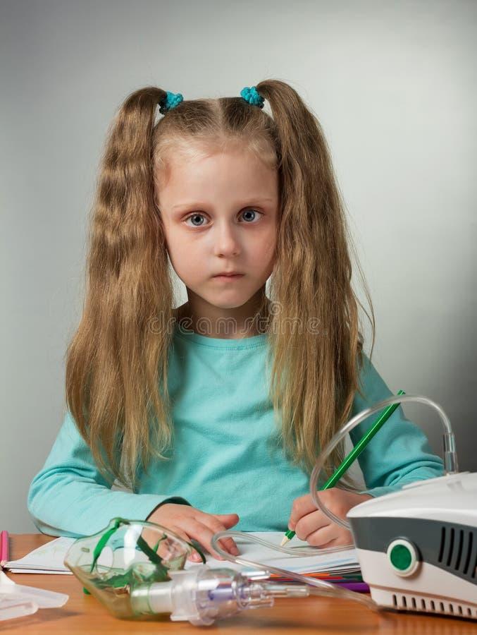 A menina é doente com frio A necessidade é em casa e fazendo procedimentos médicos fotografia de stock royalty free