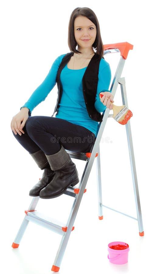 A menina é pintor de casa. imagens de stock royalty free