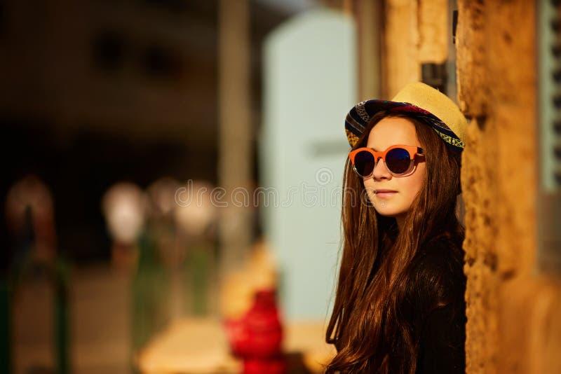Menina, óculos de sol, chapéu, cidade fotografia de stock