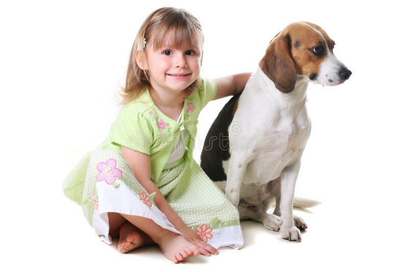 Menina 4 anos velha e o cão foto de stock royalty free