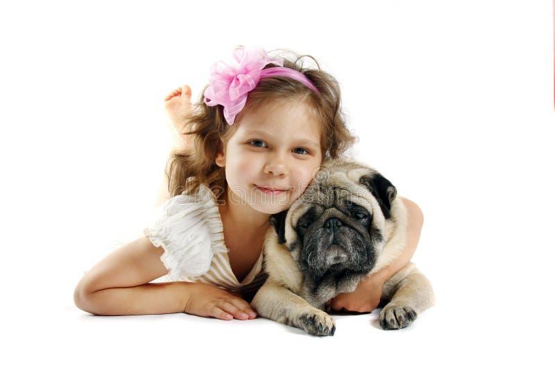 Menina 5 anos velha e o cão isolado em a foto de stock