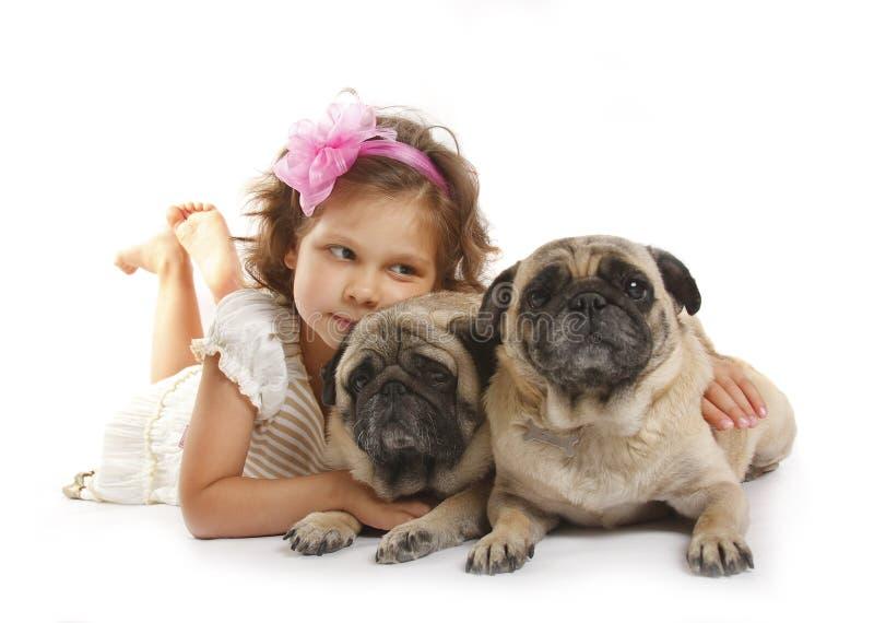 Menina 5 anos velha e o cão isolado em a fotos de stock royalty free