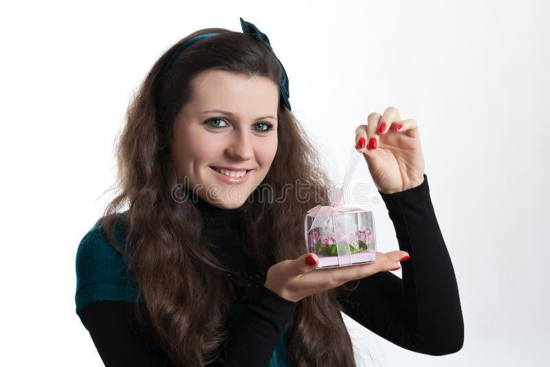 A menina abre um presente fotografia de stock royalty free