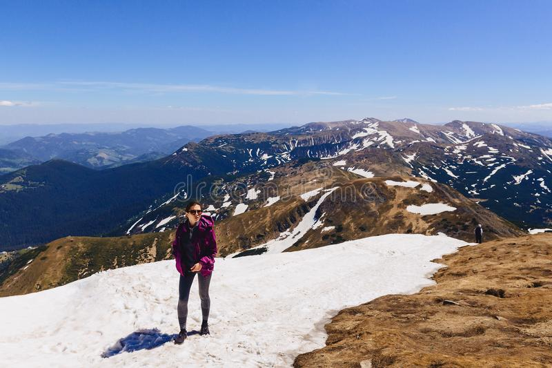 menina acolhedor na montanha na neve fotografia de stock royalty free
