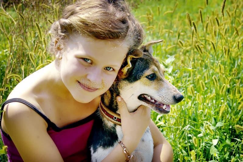 A menina aderiu-se a seu cão e sente feliz Bom dia do summer_ imagens de stock