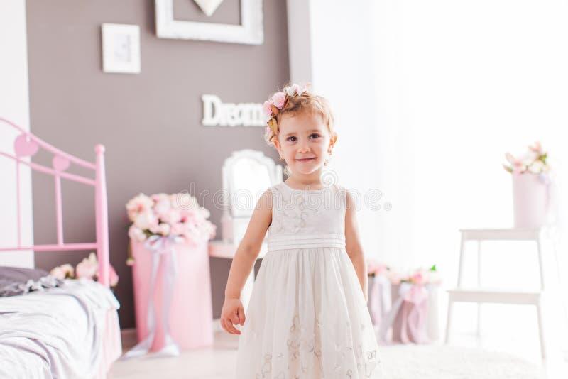 Menina admirável da criança em sua sala elegante foto de stock royalty free