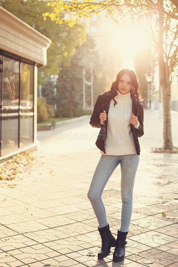 Menina adolescente à moda fotografia de stock