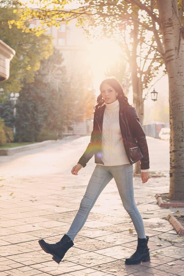 Menina adolescente à moda foto de stock royalty free