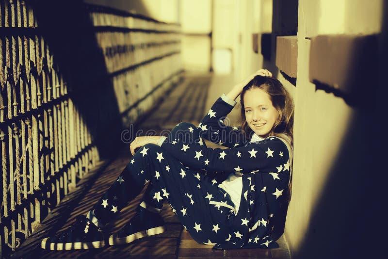 Menina adolescente à moda fotos de stock