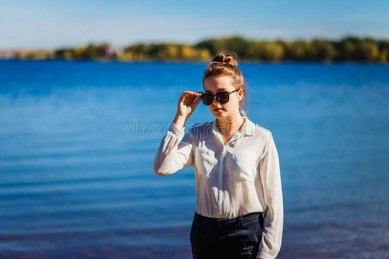 Menina adolescente à moda no fundo do mar fotos de stock