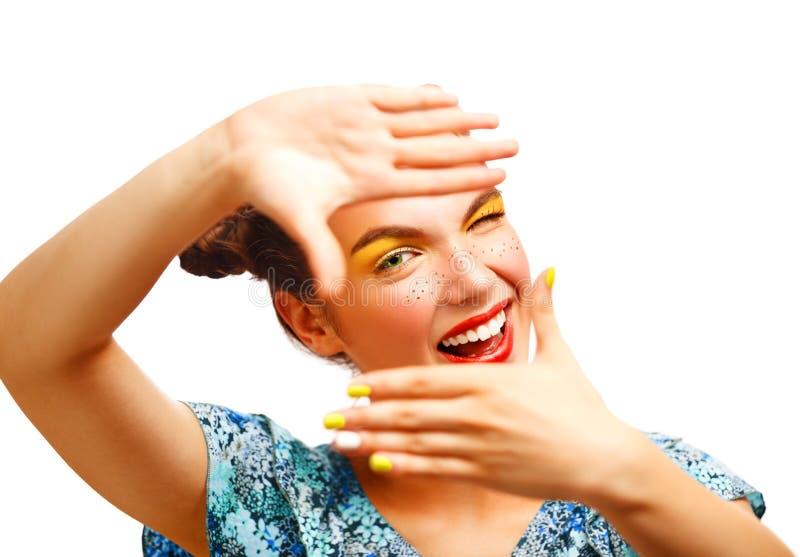 Menina adolescente alegre bonita com sardas e composição amarela fotografia de stock royalty free