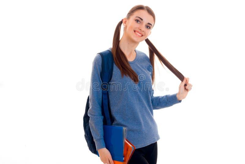 A menina adolescente alegre olha ausente e mantém a mão do cabelo fotos de stock