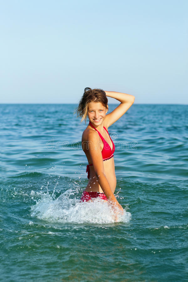 Menina adolescente alegre imagens de stock royalty free