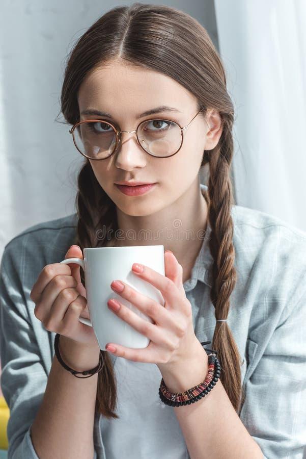 menina adolescente atrativa nos monóculos foto de stock royalty free