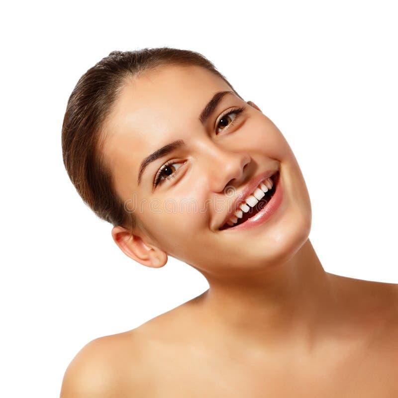 Menina adolescente - beleza natural nova feliz sobre o branco imagem de stock