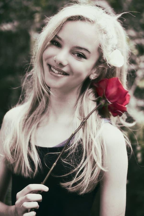 A menina adolescente bonita com aumentou foto de stock