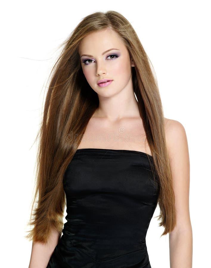 Menina adolescente bonita com cabelo reto longo