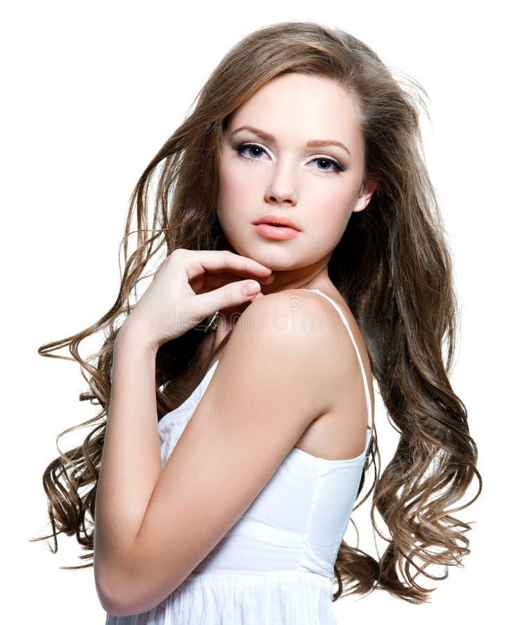 Menina adolescente bonita com cabelos curly longos fotografia de stock