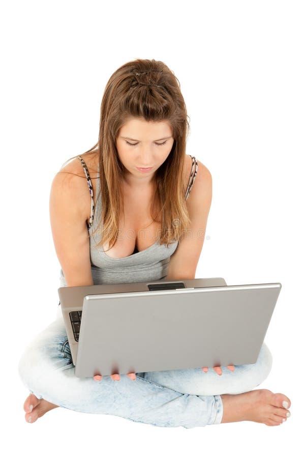 Menina adolescente bonita com computador portátil fotografia de stock royalty free